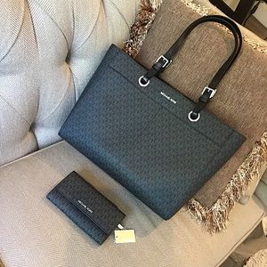 MICHAEL KORS LARGE MULTI FUNCTION TOTE AND WALLET